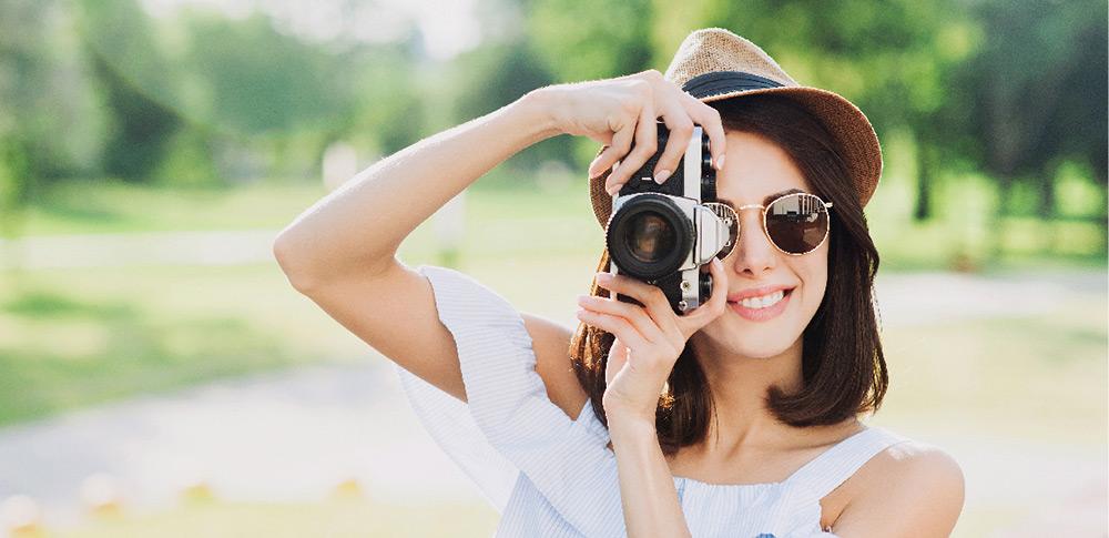 Eine Frau probiert eine Idee für ein Portraitfoto aus